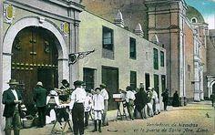"""""""Vendedores de bizcochos en la puerta de Santa Ana, Lima"""" dice esta postal coloreada de los primeros años del 1900. Es la portada del antiguo hospital de Santa Ana ubicado en los Barrios Altos, la construcción que se ve mas atras es la iglesia de Santa Ana, zona que actualmente es la Plaza Italia(De Lima la única)"""