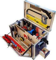 Sperrholz-Konstruktion mit Leichtmetallprofilen vernietet für eine extrem starke und trotzdem leichte Bauweise, mit angenehmen Tragegriffen, zusätzlicher Tragegurt, seitlich ausziehbare Schublade, Deckel mit Schieferblech beschichtet, dadurch mit Kreide beschriftbar, übersichtliche Einteilung, gefüllt mit hochwertigen Werkzeugen. §Die Werkzeugkiste ist auf Anfrage ab einer Mindestabnahme von 5 Stück für einen Preiszuschlag auch in anderen NCS-Farben erhältlich., ,