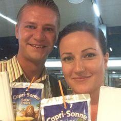 Kosin saarella ahertavat oppaamme Emma ja Toni vastassa asiakkaita lentokentällä. Virkistäytyminen Capri Sonne -juomalla - tottakai! ;) | Holiday is where the Heart is! | www.tjareborg.fi