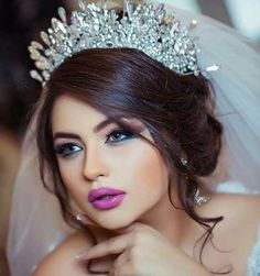 we have selected some of the most essential makeup tips for brides-to-be advised by the world's beauty experts to help out the bride-to-be with the best look. Bridal Makeup Tips, Bride Makeup, Wedding Makeup, Hair Makeup, Ball Hairstyles, Bride Hairstyles, Bridal Crown, Bridal Hair, Braut Make-up