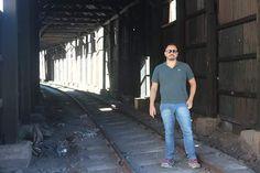 Imagine pegar um trem em Santiago e desembarcar em Mendoza!! Por todo o caminho vi esta estrutura férrea abandonada aí depois pesquisei e descobri que até 1984 era possível fazer esta viagem de trem.  Fiquei imaginando quão incrível seria esta viagem pois os trilhos passam por enormes túneis  despinhadeiros pontes sobre os rios que descem da cordilheira e claro sempre com o Aconcágua vigiando tudo!! #missãovt #sobrelugares #explora #turistei #tripaddicts #viajantesdubbi #mendoza #argentina…