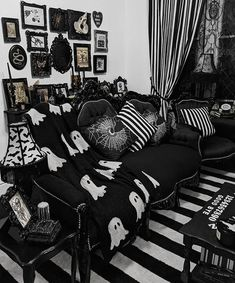 Gothic Living Rooms, Gothic Room, Gothic House, Dark Home Decor, Goth Home Decor, House Ideas, Dream Rooms, My New Room, Living Room Designs