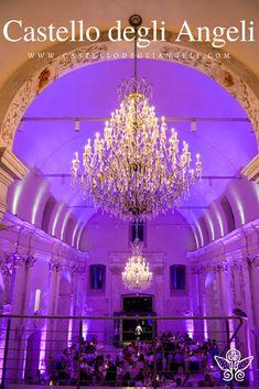 Castello degli Angeli è Location per Eventi, la sua sala principale ospita fino a 300 persone. #castellodegliangeli #location #eventi #lampadario
