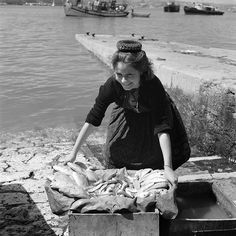 30 Interesting Black and White Photographs That Capture the Fishing Life in Portugal from the ~ vintage everyday Old Pictures, Old Photos, Vintage Photos, Nostalgic Pictures, Portuguese Culture, Fishing Life, Working People, We Are The World, Portugal Travel