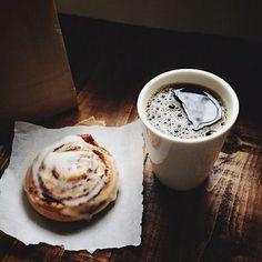 Café y rollito de canela