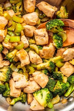 Healthy Recipes This healthy chicken and broccoli recipe combines broccoli florets, a veggie superhero that delivers a host of health benefits, with tender, protein-packed chicken. Weight Watcher Dinners, Weight Watchers Chicken, Ww Recipes, Healthy Dinner Recipes, Online Recipes, Cooking Recipes, Broccoli Recipes, Chicken Recipes, Chicken Broccoli