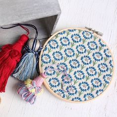 Decorate your embroidery hoops with some tassels made out of the same yarn as the embroidery before hanging it on your wall, it'll look great 👍  #embroidery #crossstitch #kogin #sashiko #stitches #stitching #embroideryart #embroideryhoop #embroideryfloss #handmade #handmadeisbetter #handmadelove #handmadelife #buyhandmade #handmadeshop #doityourself #makersmovement #makersgonnamake #craft #crafting #chuko