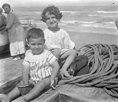 Niños en una barca, en la playa de Cullera, entre 1919-1927