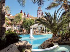 Teneriffalla, Costa Adejella sijaitseva Bahia del Duque on viiden tähden rantahotelli, jossa voi varata vaikka oman hoitosviitin.