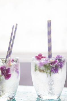 Weekend Toast: Spring cocktails & mocktails with flower power. Want a spring cocktail (or mocktail) that feels special, but is easy to make? Garnish it with gorgeous edible flowers like with this Prosecco, gin & elderflower cocktail at The Natural Wedding Prosecco Cocktails, Spring Cocktails, Cocktail Drinks, Cocktail Recipes, Cocktail Garnish, Flower Power, Vodka, Tequila Sunrise, Colors