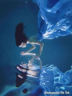 This is so beautiful. Underwater Photoshoot, Ocean Underwater, Underwater Photography, Beautiful Fantasy Art, Beautiful Gif, Photos Sous-marines, Pictures, Street Photography, Art Photography