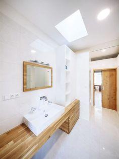 idnes, studio AEIOU, Brno RD, Koupelnu, stejně tak jako technické zázemí, architekti umístili do kubické vestavby v přízemní části domu. Foto Jakub Holas