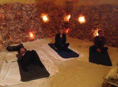 Eine ruhige und sanfte Yogastunde, in der einfache Yogahaltungen dynamisch, langsam und meditativ geübt werden. Die Kraft der inneren Ruhe durch bewusst geführte Körper-, Atem-, Konzentrations- und Entspannungsübungen erfahren und geniessen. Innere Zufriedenheit in der Achtsamkeit mit sich selbst finden.
