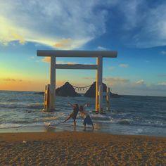 福岡県糸島の桜井二見ヶ浦(ふたみがうら)です。桜井神社によってこの白い鳥居が建てられています。