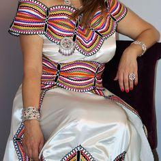 Très jolie robe kabyle moderne avec Fota et Barnous. IDF 0660152593 #caftan #fiance #mariage #satin #soirée #location #blanc #henna #robe #kabyle