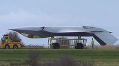 Um vídeo estranho e misterioso de um caça stealth sendo rebocado de cabeça para baixo perto das instalações da BAE Systems em Warton, Lancashire, Reino Unido