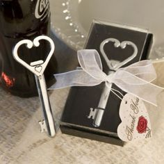 Una #bomboniera utile e originale per il #matrimonio: apribottiglie con chiave a forma di cuore