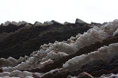 Una costa entre acantilados y formaciones rocosas curiosas (Zumaya)  Zumaya es un municipio del País Vasco en la provincia de Guipúzcoa. En sus costas hay playas con curiosas formaciones rocosas, acantilados imponentes, y un particular ecosistema protegido bañado por el mar Cantábrico.