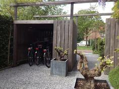 Moderne hardhouten fietsenstalling. Alle fietsen beschermd tegen weer en wind, gemaakt door Nederveentuinen. Hovenier Amsterdam e.o.# afdak # fietsoverkapping