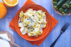 Un primo piatto molto semplice e delizioso, provate queste pappardelle con zucchine trifolate e crema di ricotta all'arancia: bontà assicurata!