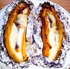 Baked Plantains with Guava and Cheese (platanos-asados con queso y bocadillo) My Colombian Recipes, Colombian Cuisine, Mexican Food Recipes, Colombian Dishes, Baked Plantains, Comida Latina, Latin Food, I Foods, Healthy Foods
