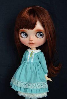 Permettez-moi de vous présenter mon Emily, poupée blythe personnalisé, un des MyLittleMuses.Base est une poupée poupée TBL(factory) achetée neuf à la coutume. Le travail effectué à Emily pour lui apporter à la vie : -Sable emmêlé -Sculpté les lèvres et le nez -Bouche ouverte -Maquillage nouvel de crayons pastel et aquarelle -Vernis final avec MSC UV plat -Regard levé -Paupières peint à la main- -Yeux sleepy, nouveaux cils -Pull-sharms en bois neuf -4 nouveau oeil réaliste paires : deux par…