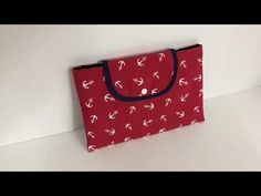 Coudre une housse pour Tablette - Tuto couture Madalena - YouTube Pouch, Wallet, Sunglasses Case, Sewing, Diy, How To Make, Youtube, Fabric Tote Bags, Scrappy Quilts