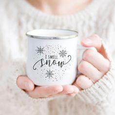 I smell snow - christmas mug, holiday mug on ETSY Coffee Lover Gifts, Gift For Lover, Gilmore Girls Mug, Snow Camping, Catering, Diy Mugs, Sharpie Mugs, Vegan Gifts, Christmas Mugs
