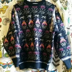 Vintage Sweater This sweater is AMAZING and the print is so wonderfully odd. Very warm and super unique! I will lintroll this before sending! Sweaters Crew & Scoop Necks
