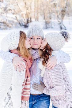 Photos Bff, Friend Photos, Girl Photos, Sister Photos, Winter Family Photography, Winter Family Photos, Family Picture Poses, Girl Photo Poses, Best Friend Fotos