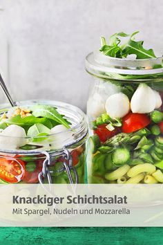 For a picnic, for the office or just because – crispy salad, you can layered in the glass for the snack anywhere to take! Mozzarella Salat, Trifle Desserts, Snacks, Picnic, Salad, Treats, Vegetables, Low Carb, Food