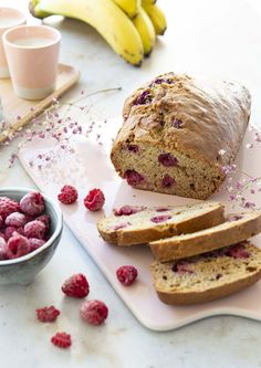Qu'est-ce qu'un banana bread ? Un gâteau aux bananes, tout simplement. Une recette idéale à faire quand vous avez des bananes qui... Smoothies, Biscuits, French Toast, Pancakes, Bread, Breakfast, Food, Banana, Raspberries