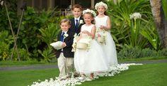 dzieci sypiące kwiatki na ślubie