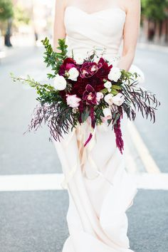 The wedding planner is here Winter Bridal Bouquets, Winter Wedding Flowers, Bridal Flowers, Floral Wedding, Wedding Bouquets, Red Flowers, Burgundy Bouquet, Burgundy Wedding, Wedding Flower Inspiration