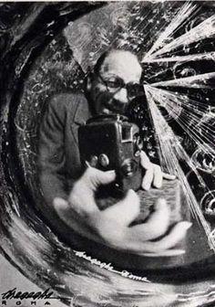 Inspiring Italians Pioneer of Italian Futurist Photography Anton Giulio Bragaglia Auto-caricature, selfportrait Self Portrait Photography, History Of Photography, People Photography, Image Photography, Eugene Atget, Harlem Renaissance, Anton, Italian Futurism, Vintage Photo Booths