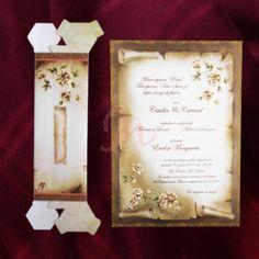 Invitatia de nunta in culori de #toamna infatiseaza o coala de papirus, cu crem, maro si verde. In partea stanga jos si dreapta sus se regasesc floricele cu contur auriu si de asemenea marginile invitatiei contin floricele aurii. Cutia hexagonala are aceleasi elemente si este inclusa in pret.