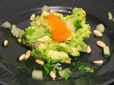 Avokadotartar med löjrom, gurka och rostade pinjenötter | Recept.nu