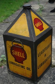 Just a car guy : a small sample of the immense (seriously incredible) variety of Shell oil product containers that Fifties50s.blogspot.com has posted in a couple galleries Old Gas Pumps, Vintage Gas Pumps, Vintage Oil Cans, Vintage Tins, Shell Gas Station, Car Part Art, Traditional Hot Rod, Old Gas Stations, Oil And Gas
