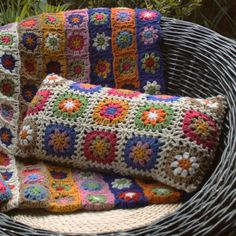 cushion and bedspread - crochet, crochet! Crochet Vintage, Crochet Diy, Crochet Quilt, Freeform Crochet, Crochet Home, Crochet Doilies, Blanket Crochet, Crochet Flower, Crochet Pillow Patterns Free