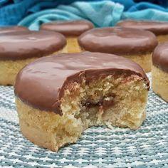Gangmakers! Met dit recept maak je deze lekkere koeken (of cakejes) met jam & een chocoladelaag zelf / minicakes with jamfilling and chocolate / #gangmakers #cake #cakejes #chocolade #chocolate #jam - Het keukentje van Syts