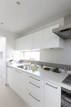 壁に貼ったグレーのモザイクタイルは、その色合い、貼る高さなどをとことん吟味、真っ白いキッチンをスタイリッシュに仕上げています。 Kitchen Cabinets, Interior, Room, Home Decor, Countertops, Bedroom, Decoration Home, Indoor, Room Decor