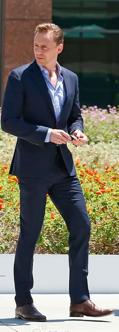 Tom Hiddleston all-dressed up as he leaves an office building in Los Angeles on August 12, 2016. Source: Torrilla, Weibo. Click here for full resolution: http://ww4.sinaimg.cn/large/6e14d388gw1f6tbpo2sptj21861u9kjm.jpg