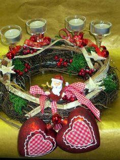 Der rustikale , bäuerliche Kranz ist geschmückt mit 2 großen Herzen, einem Weihnachtsmann, 4 Kerzenleuchter mit Kerzen, Bändern und kleinen Kugeln.