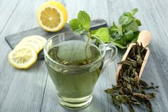Lipton green tea provides some antioxidants and vitamin C, but it also contains added sugars and preservatives. Make a healthy green tea at home instead! Home Remedies For Warts, Warts Remedy, Cha Natural, Natural Cures, Thé Vert Lipton, Lipton Green Tea, Best Green Tea, Green Teas, Green Tea Benefits