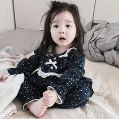 Baby Kids Korean New Ideas Cute Little Baby, Cute Baby Girl, Little Babies, Baby Kids, Cute Asian Babies, Korean Babies, Asian Kids, Japanese Babies, Couple With Baby