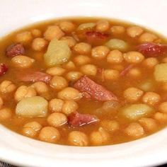 A brothy Spanish and sometimes Cuban soup made with chickpeas (garbanzo beans), potatoes & ham hocks, seasoned with saffron. Similar to my grandmothers recipe. Garbanzo Bean Recipes, Cooking Garbanzo Beans, Bean Soup Recipes, Drink Recipes, Seafood Recipes, Soup Beans, Ham And Bean Soup, Ham Soup, Think Food