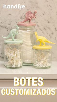 Tarros de cristal personalizados con dinosaurios de plástico ➜ ¿Tienes dinosaurios de juguete por casa? ¿Y botes de plástico a los que quieres dar un nuevo uso? Junta ambos y crea unos bonitos botes decorados, superfácil :) #Dinosaurios #Botes #BotesDecorados #Pintura #Reciclaje #Handfie Diy Home Crafts, Diy Arts And Crafts, Jar Crafts, Bottle Crafts, Diy Home Decor, Diy For Kids, Crafts For Kids, Diy Room Decor For Teens, Kids Room Design