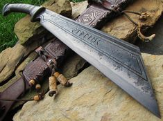British Blades is an interest site for the making of custom knives, collecting of custom and production knives and for learning the art of bladesmithing and knifemaking. Vikings, Swords And Daggers, Knives And Swords, Cool Knives, Arm Armor, Fantasy Weapons, Custom Knives, Knife Making, Blacksmithing
