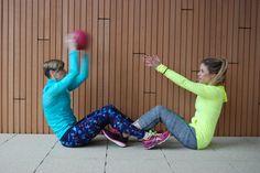 Een medicine ball is een geweldig workout maatje; je traint kracht en coördinatie en zet je core aan het werk. 7 oefeningen voor een medicine ball workout