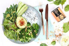Green Bowl mit Erdnuss-Koriander-Buttermilch Dressing